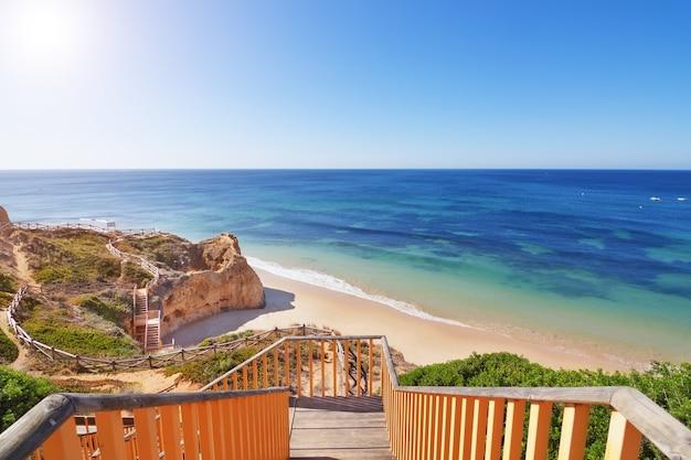 Zejście po schodach na plażę. portugalia.