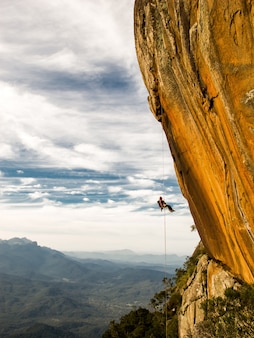 Zejście z góry negatywną żółtą ścianą skalną