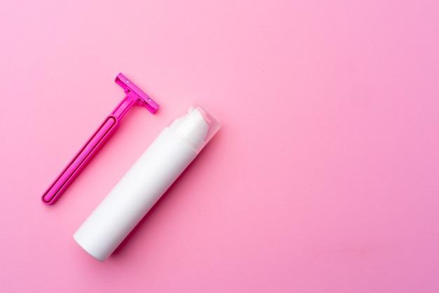 Żel do golenia i jednorazowa golarka na różowym tle