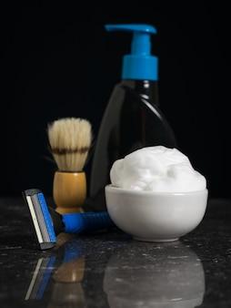 Żel do mycia i golenia urządzeń na czarnym tle. zestaw do pielęgnacji męskiej twarzy.
