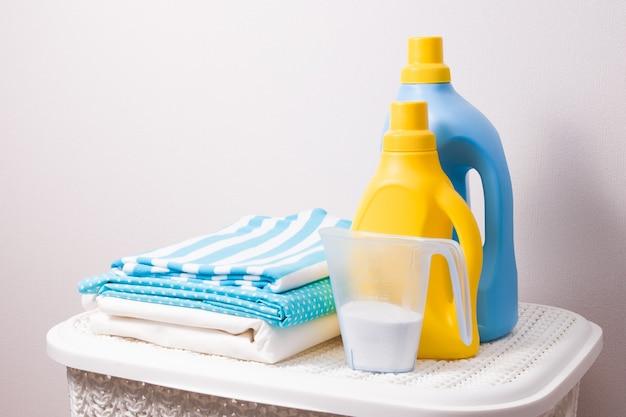 Żel do prania i pranie na wiklinowym koszu