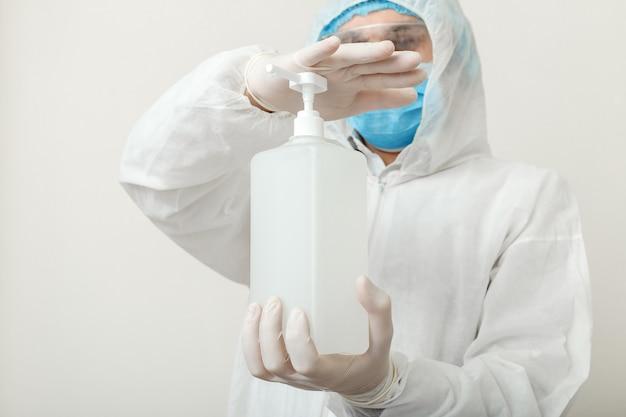 Żel odkażający, antyseptyczny płyn na bazie alkoholu do mycia rąk w rękach lekarza. ochrona przed koronawirusem covid-19, higiena rąk. środek do dezynfekcji skóry dla służby zdrowia w szpitalu lub klinice.