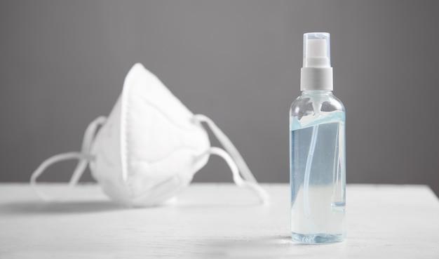 Żel odkażający i maska na twarz. zapobieganie chorobom koronawirusa