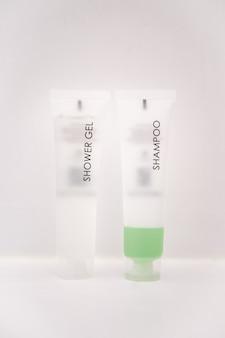 Żel pod prysznic i zielone butelki szamponu