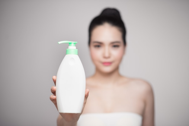 Żel pod prysznic. radosna młoda kobieta reklama produktu do pielęgnacji.