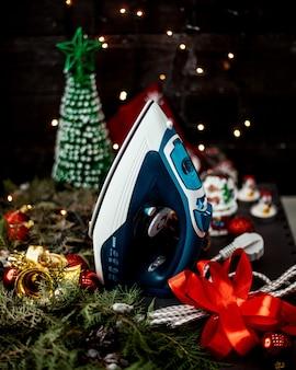 Żelazko z zabawkami noworocznymi