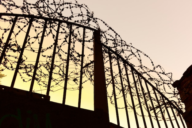 Żelazna brama z drutem kolczastym