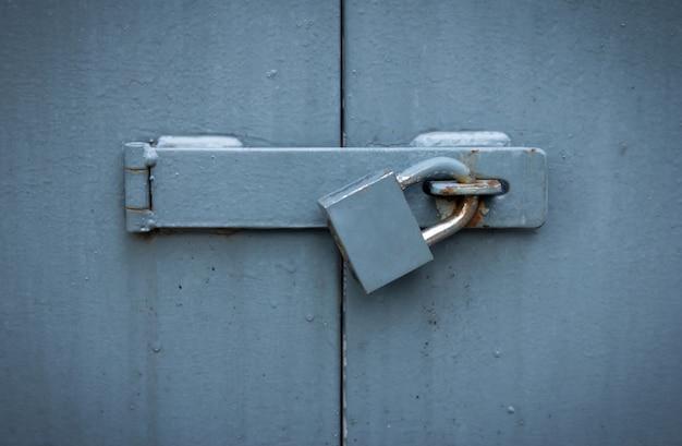 Żelazna brama z zamkiem, zamknięte metalowe drzwi