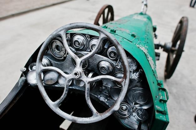 Żelazna ręcznie robiona kierownica przy rocznika sportowym samochodem