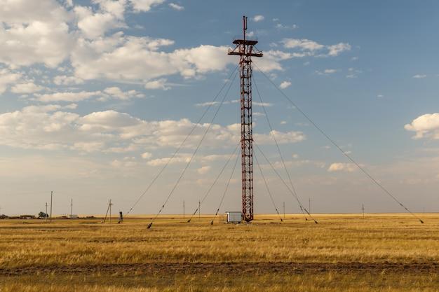 Żelazny komórki wierza z stalowymi kablami w stepie, kazachstan