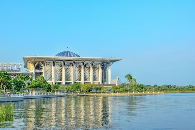 Żelazny meczet w mieście putra jaya, malezyjskim mieście administracyjnym i rządowym w kuala lumpur, malezja