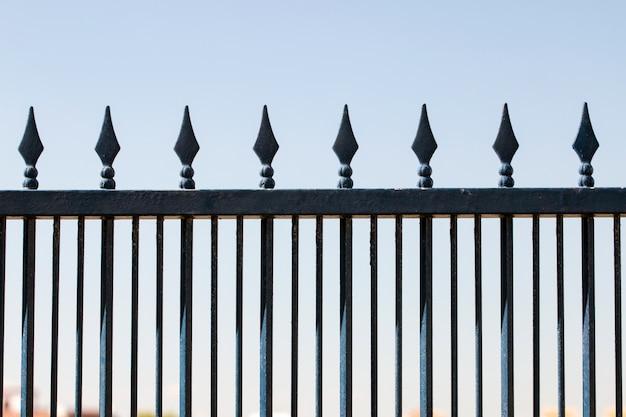 Żelazo kute ogrodzenie nad błękitnym niebem