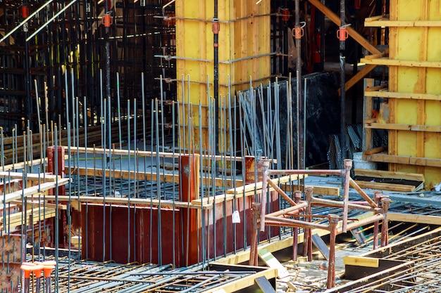 Żelbet zbrojony metalowymi prętami połączonymi drutem. przygotowanie do nalewania