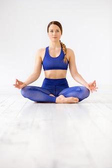 Zen kobieta ćwiczy lotosową pozycję joga