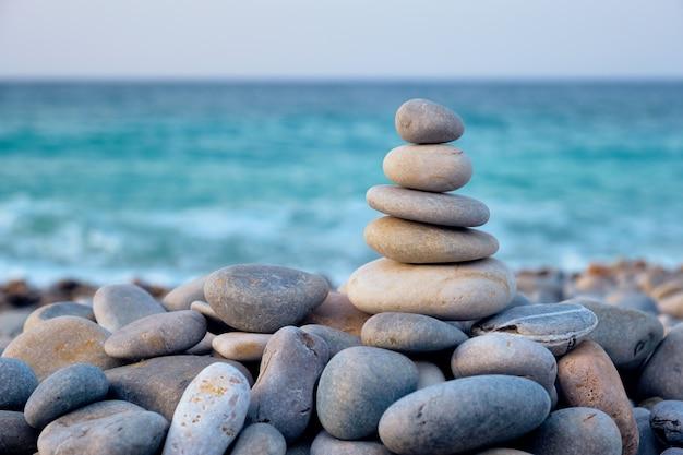 Zen zbalansowanych kamieni stosu na plaży