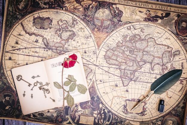 Zenithal widok martwej natury złożonej ze starych książek i pióra z atramentem