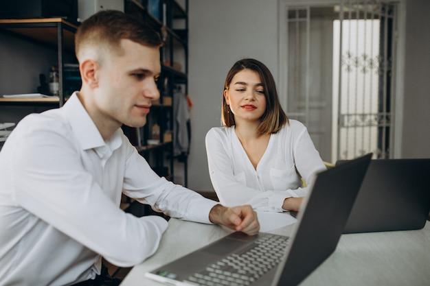 Żeńscy i męscy koledzy pracuje w biurze