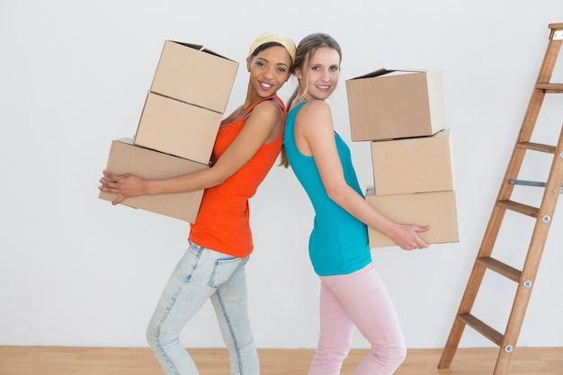 Żeńscy przyjaciele rusza się wpólnie w nowym domu