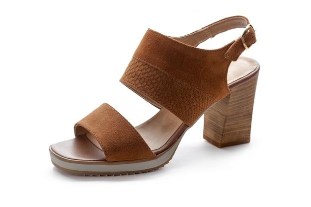 Żeńscy szpilki sandały odizolowywający na białym tle