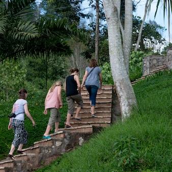 Żeńscy turyści poruszający up na schody, finca santa isabel, copan ruinas, honduras