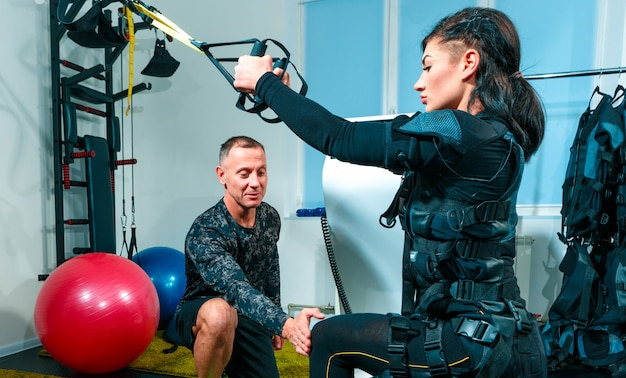 Żeńska atleta robi ćwiczeniom w sprawności fizycznej studiu