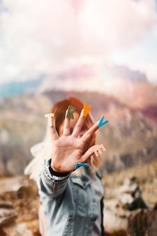 Żeńska dziewczyna seansu ręka z barwionymi listami pisać podróż