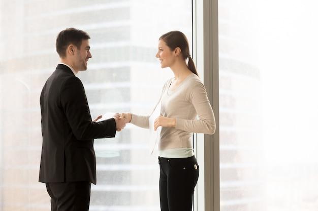 Żeńska firma sekretarki spotkania klient w biurze