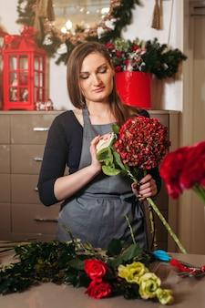 Żeńska kwiaciarnia pracuje z kwiatami