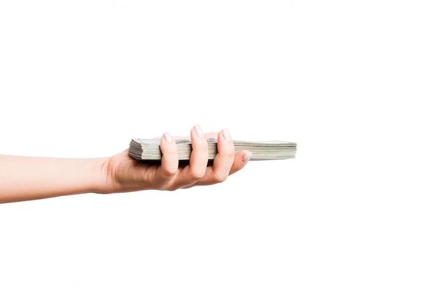 Żeńska ręka daje plikowi dolarowi rachunki na bielu odizolowywającym