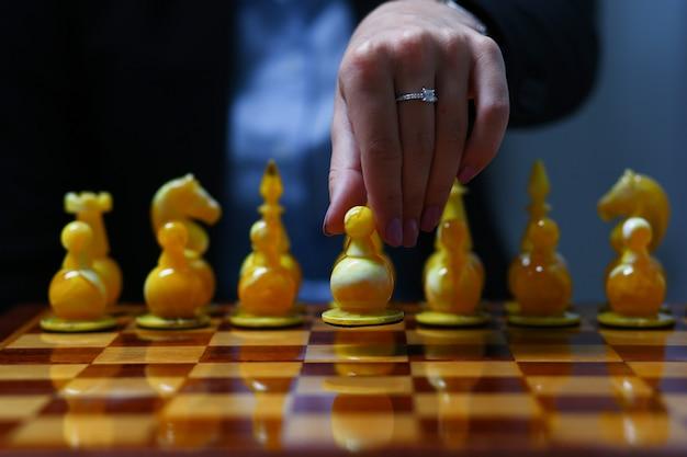 Żeńska ręka trzyma biznesowej kobiety