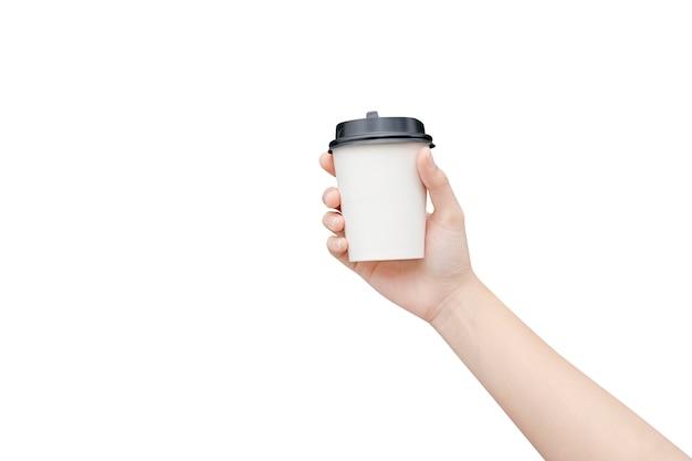 Żeńska ręka trzyma kawową papierową filiżankę na bielu