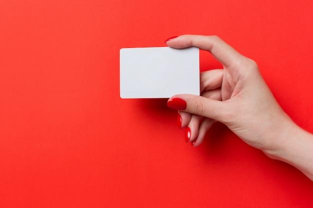 Żeńska ręka trzyma pustą kartę.