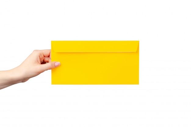 Żeńska ręka z manicure'u mienia kopertą odizolowywającą