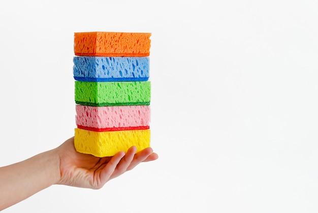 Żeńska ręki mienia sterta gąbki czyści towarowego pojęcie. skopiuj miejsce