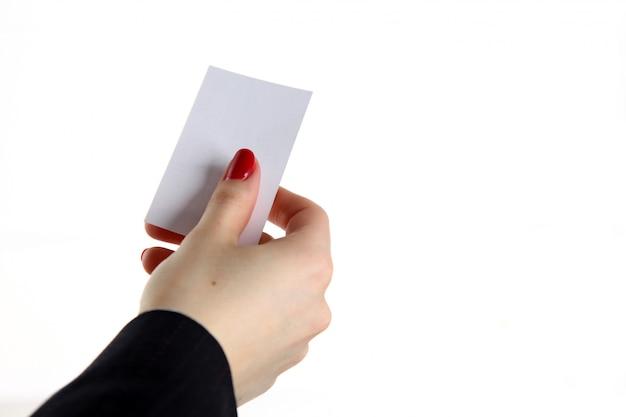 Żeńska ręki mienia wizytówka w biurze