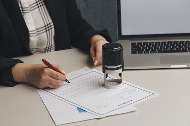Żeńska umowa notarialna, sekretarz firmy, dokument urzędowy, ważność.