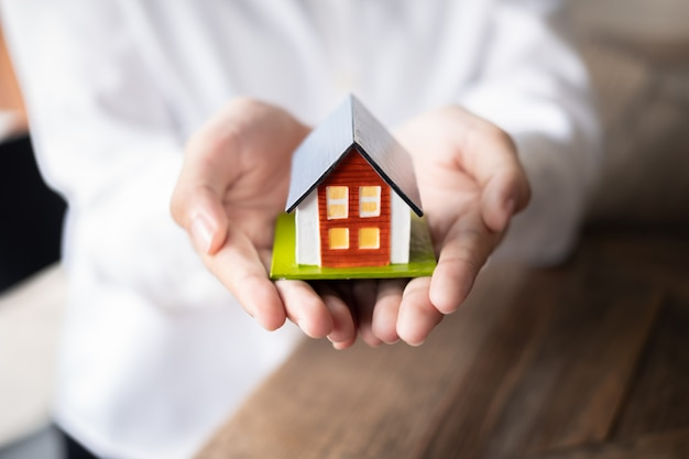 Żeński agent nieruchomości ręki mienia domu model, nieruchomości pojęcie.