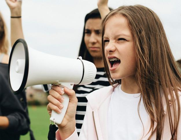 Żeński aktywista krzyczy na megafonie