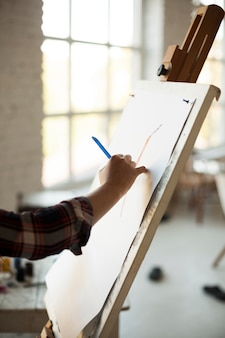 Żeński artysta maluje indoors