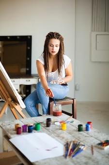 Żeński artysty obraz na kanwie w studiu