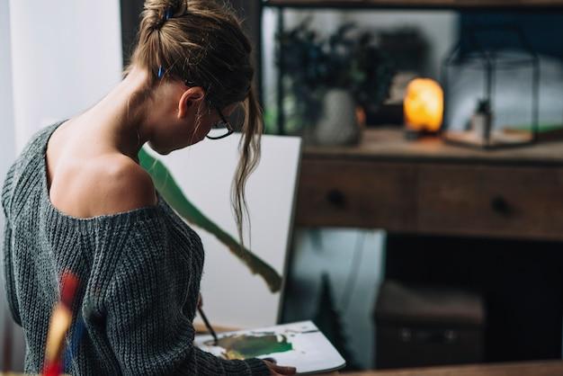 Żeński artysty obraz w studiu