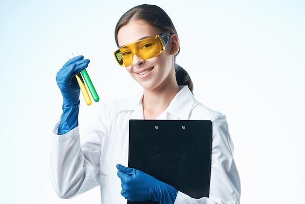 Żeński asystent laboratorium chemicznego biotechnologia mikrobiologia roztworu
