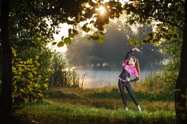 Żeński biegacza rozciąganie przed jej treningiem