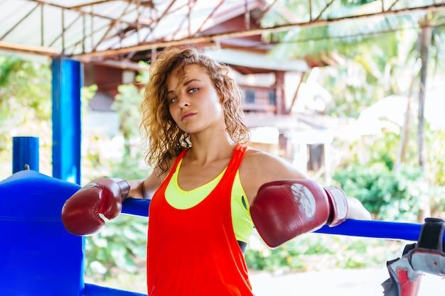 Żeński bokser wśrodku tajlandzkiego boksu pierścionku