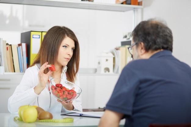 Żeński dietetyk pracuje w jej studiu