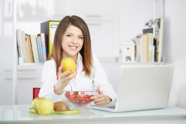 Żeński dietetyk pracuje w swoim studiu