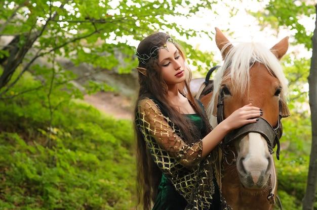 Żeński elf w lesie z jej koniem