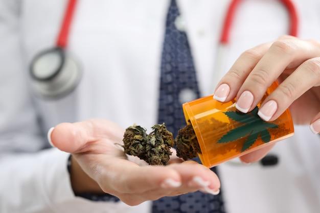 Żeński gp trzyma dalej palmowego medycznego marihuany zakończenie