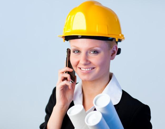 Żeński inżynier na telefonie