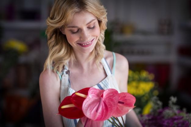 Żeński kwiaciarni mienie kwitnie w kwiatu sklepie